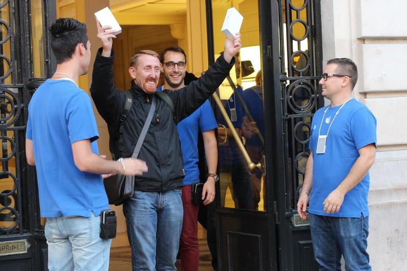 sylvain-est-le-premier-acheteur-francais-de-l-iphone-6-a-paris-le-19-septembre-2014